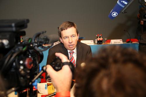 """Bernts Luks, partijas """"Alternatīva Vācijai"""" dibinātājs sarunājas ar žurnālistiem."""