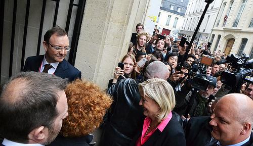 """Francijas partijas """"Nacionālā fronte"""" līdere Marīne Lepēna un viņai sekojoši reportieri Parīzē."""